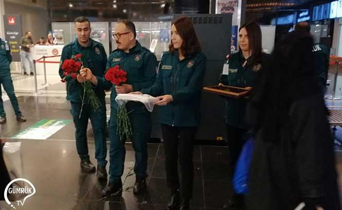 Gümrük Muhafaza Memurlarından Çikolata, Türk Lokumu ve Çiçek İkramı