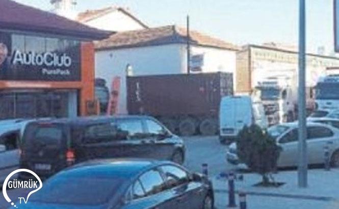 İzmir Alsancak'ta Şehitler Caddesi'ne Ters Yönden Giren Tırlar, Gümrük Muayenesi Nedeniyle Yol Kenarına Park Edince Uzun Kuyruklar Oluştu